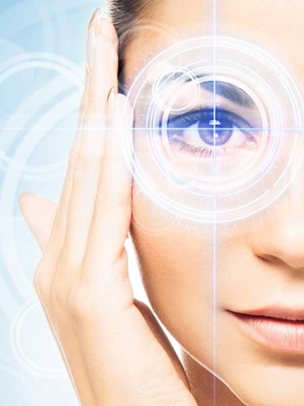 Migren tedavisi için yüzünün sağ tarafı işaretlenmiş genç kadın