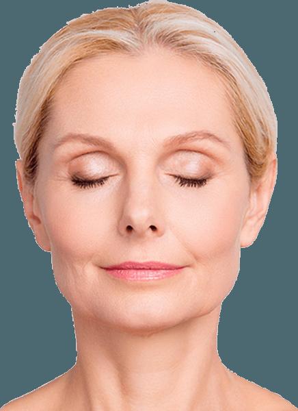 Göz kapağı estetiği ihtiyacı olan gözleri kapalı orta yaş üstü kadın