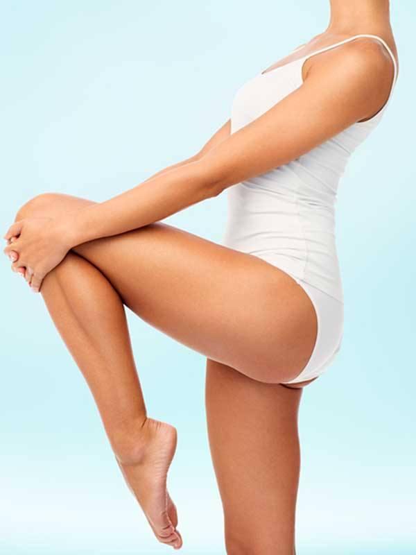 Liposuction sonrası durumu gösteren beyaz mayolu kadın