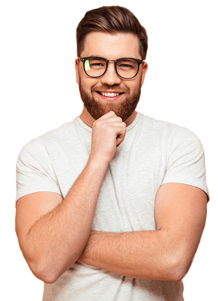 Saç ekimi ile gür saçlara kavuşmuş sakallı ve gözlüklü adam