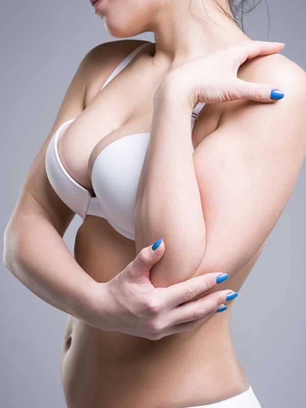 Meme küçültme ameliyatı ile estetik görüntüye ulaşmış genç bir kadın